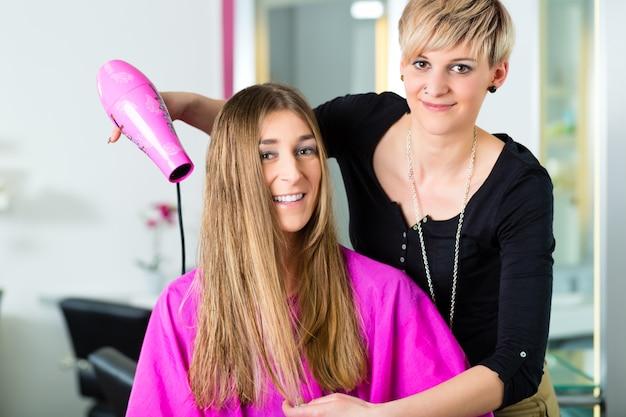Mulher no cabeleireiro com o cabelo seco
