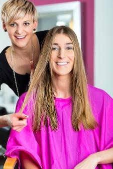 Mulher no cabeleireiro recebendo conselhos sobre o estilo do cabelo dela