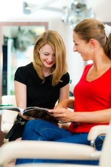 Mulher no cabeleireiro recebendo conselhos