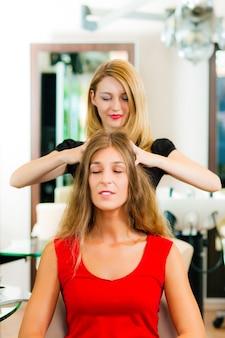 Mulher no cabeleireiro, recebendo uma massagem na cabeça
