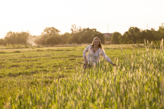 Mulher no campo aprecia a harmonia do trigo com a natureza