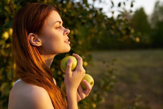 Mulher no campo sol maçãs frutas verão