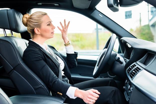 Mulher no carro estar com raiva xingando outro motorista