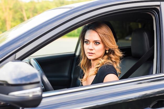 Mulher no carro. menina bonita sentada no carro