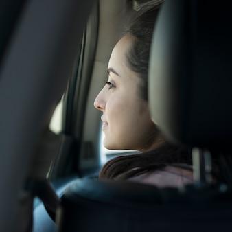 Mulher no carro por trás da vista