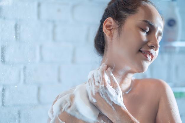 Mulher no chuveiro