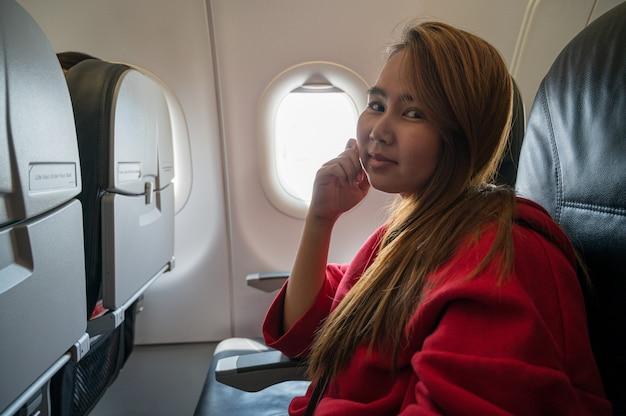 Mulher no conceito de viagens de avião