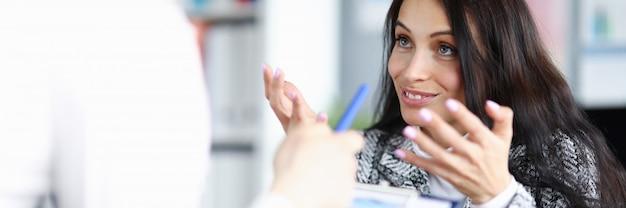 Mulher no escritório ajuda o homem a vir o conceito de decisão certa