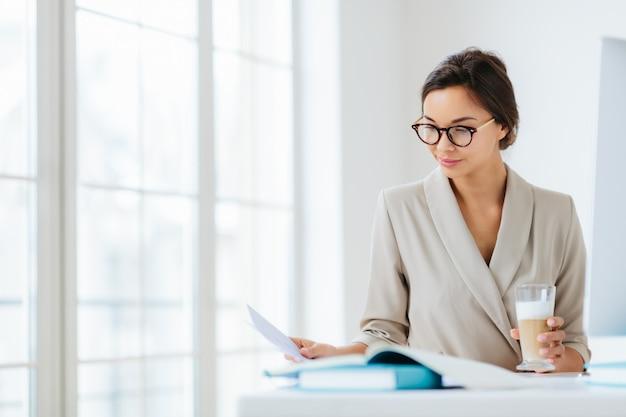 Mulher no escritório cercada por documentos