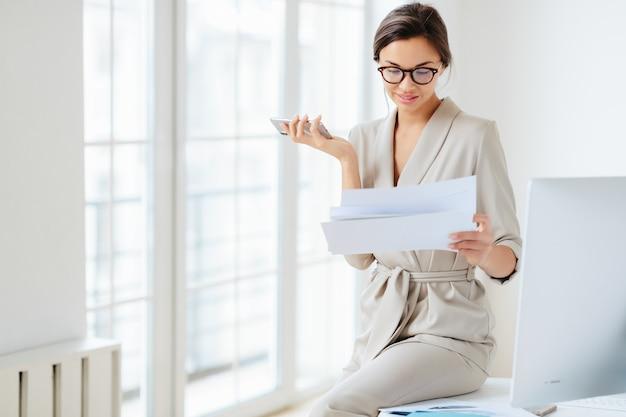 Mulher no escritório segurando documentos