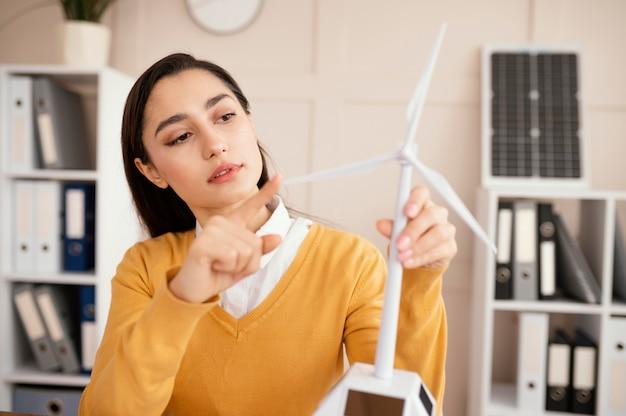 Mulher no escritório trabalhando em projeto de meio ambiente Foto gratuita
