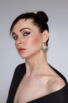 Mulher no estúdio com maquiagem. minimalismo