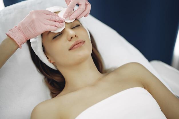 Mulher no estúdio de cosmetologia em um procedimentos
