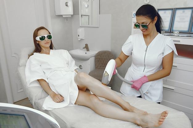 Mulher no estúdio de cosmetologia na depilação a laser