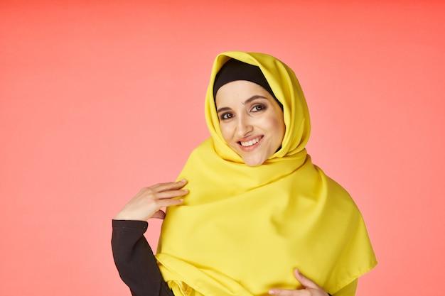 Mulher no hijab amarelo
