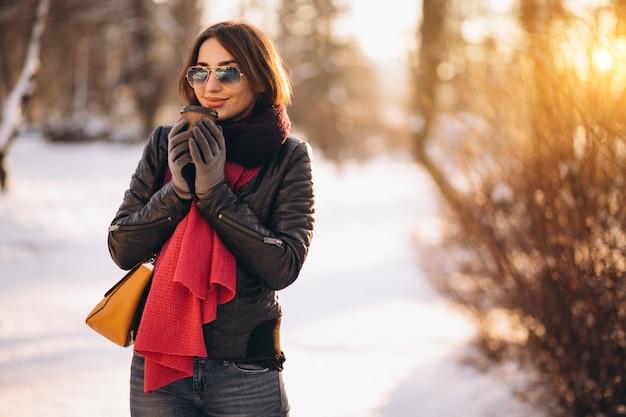 Mulher no inverno bebendo café
