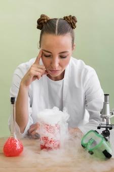 Mulher no laboratório fazendo experimento
