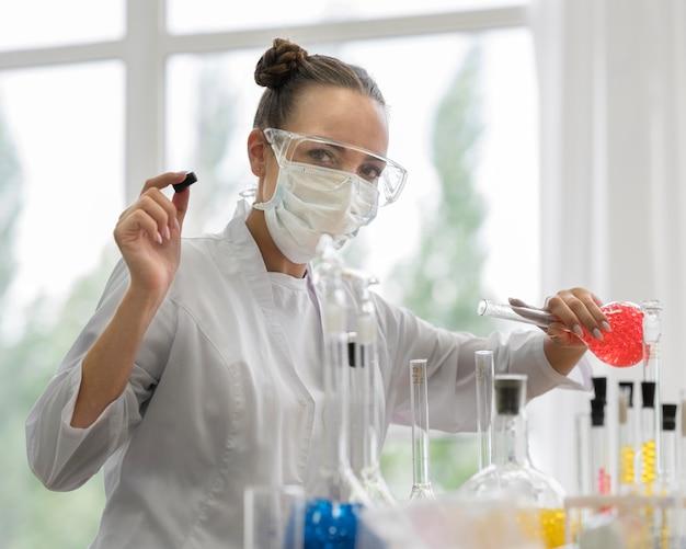 Mulher no laboratório fazendo experimentos