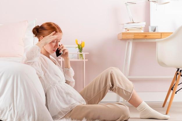 Mulher no local de trabalho usando celular
