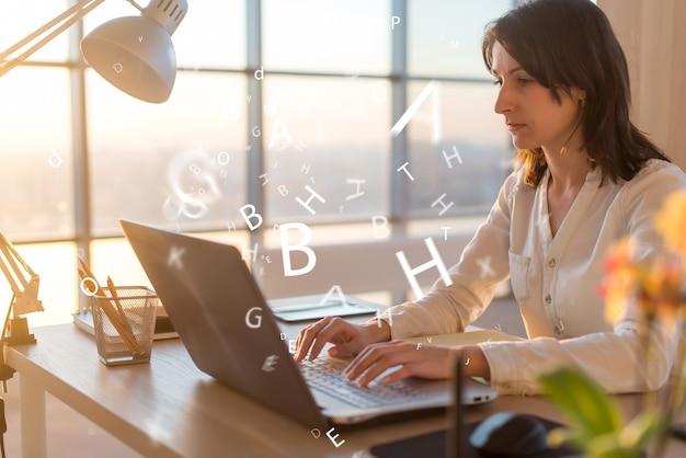 Mulher no local de trabalho usando laptop trabalhando, digitando, navegando na internet.