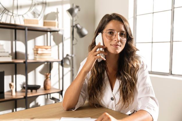 Mulher no meio do tiro falando ao telefone