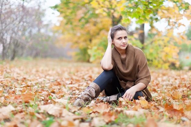 Mulher no parque de outono