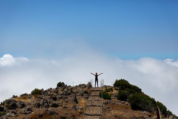 Mulher no pico da montanha
