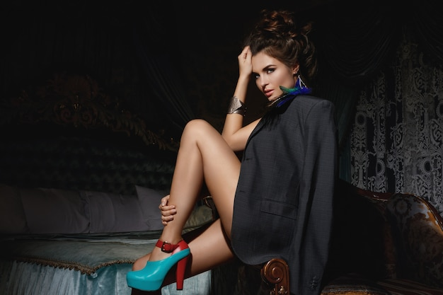 Mulher no quarto luxuoso, vestindo jaqueta masculina