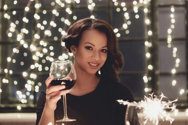 Mulher no restaurante segurando um copo de vinho