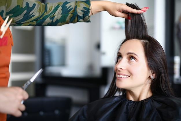Mulher no salão de beleza, fazendo o penteado.