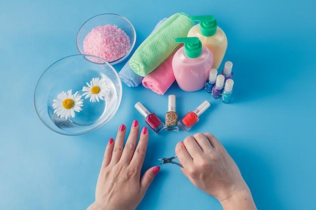 Mulher no salão de beleza fazendo unha manicure