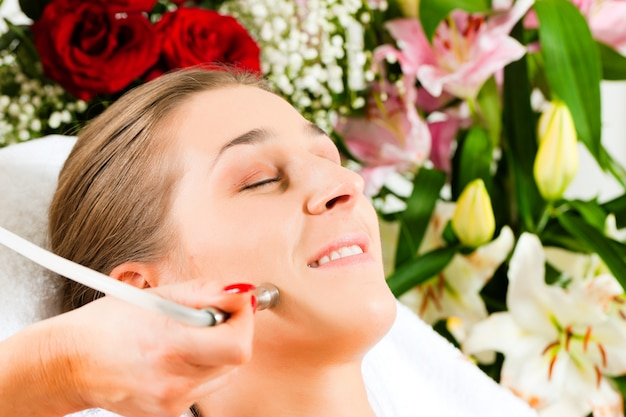Mulher no salão de beleza recebendo tratamento facial
