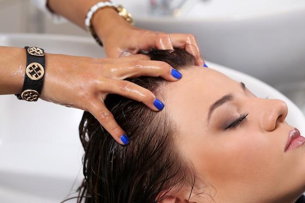 Mulher no salão de cabeleireiro