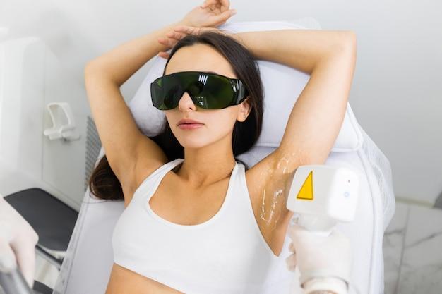 Mulher no salão de depilação