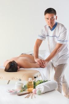 Mulher no salão de massagem, recebendo uma massagem