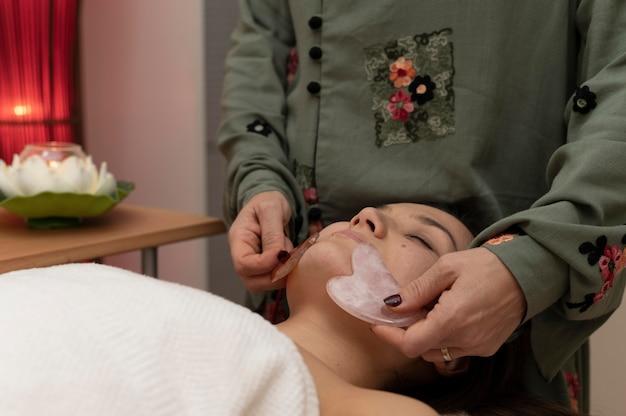 Mulher no salão fazendo terapia