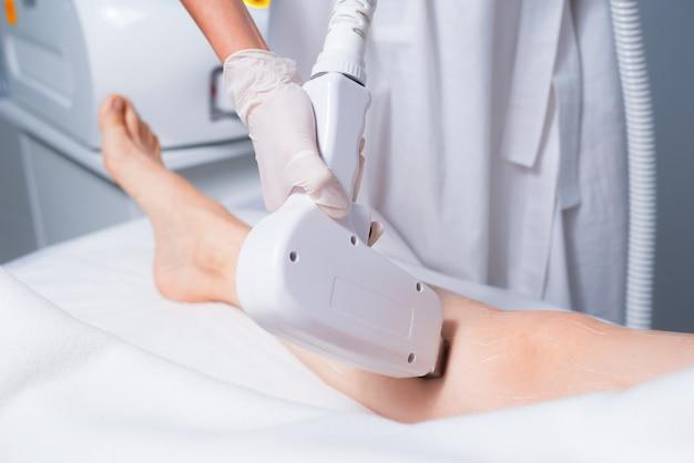 Mulher no salão fazendo um procedimento de depilação a laser
