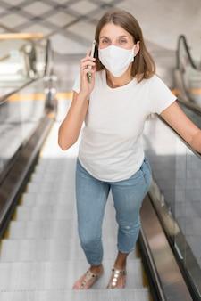 Mulher no shopping com máscara facial