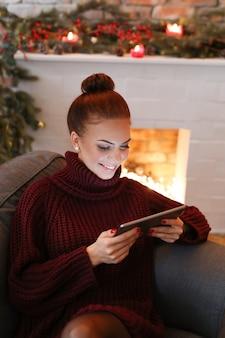 Mulher no sofá com um tablet