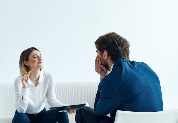Mulher no sofá dentro de casa psicóloga se comunicando e homem de terno