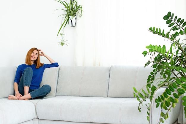 Mulher no sofá em casa