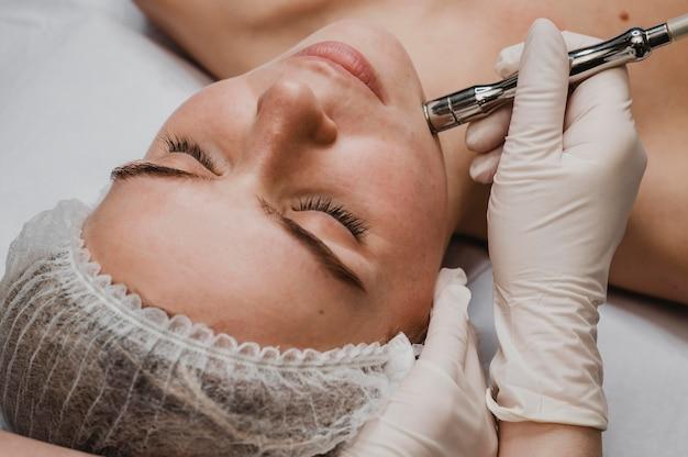 Mulher no spa fazendo um tratamento cosmético