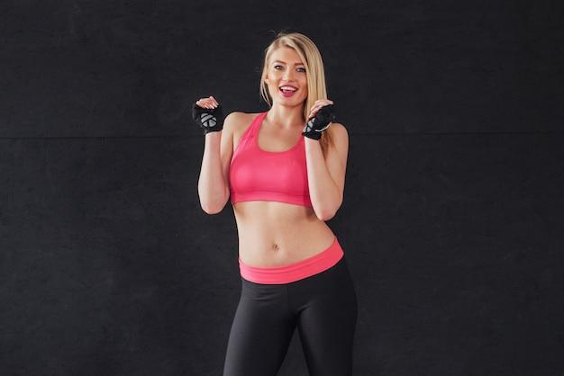 Mulher no sportswear com um sorriso