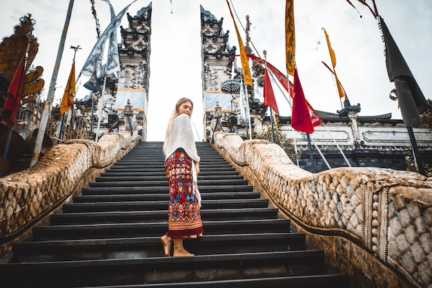 Mulher no templo de pura lempuyang em bali