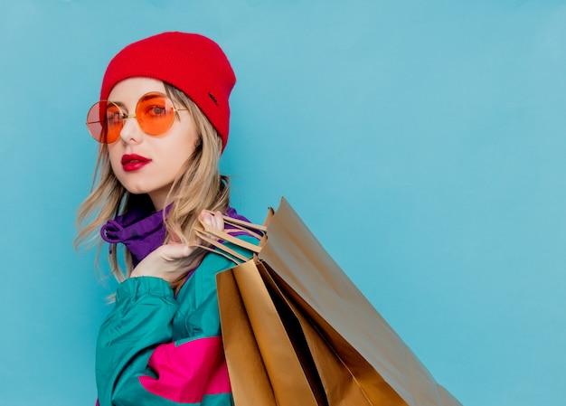 Mulher no terno dos anos 90 com sacos de compras