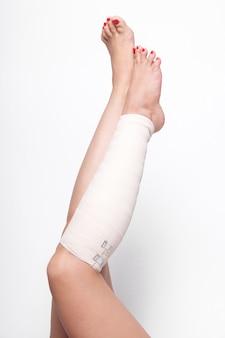 Mulher no tornozelo arrastou atadura elástica