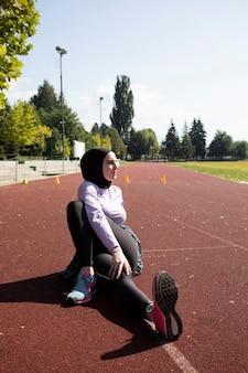 Mulher no treinamento de jaqueta roxa