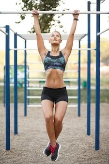 Mulher no treino ao ar livre
