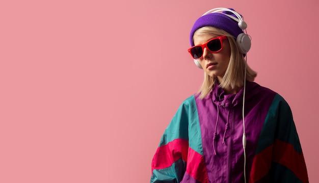 Mulher nos anos 90 roupas com óculos escuros e fones de ouvido