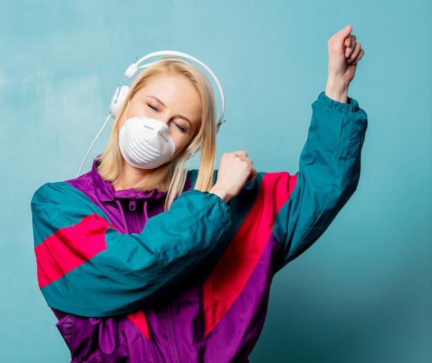 Mulher nos anos 90 roupas e máscara facial com fones de ouvido